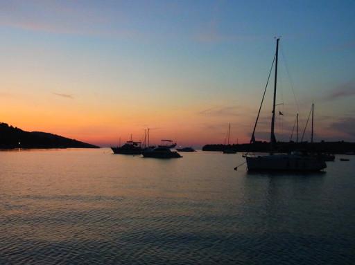 Sonnenuntergang in einer Ankerbucht während eines Törns in Kroatien