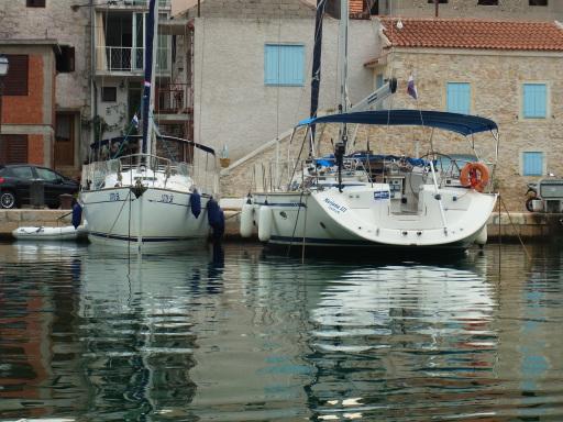 Segelboot an Kaimauer
