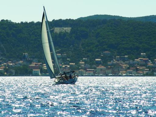 Segelyacht vor der Bucht von Preko