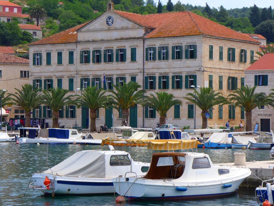 Ansicht der Stadt Vela Luka auf einem Segeltörn